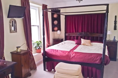 Beautiful double room, parking & single room - Salisbury