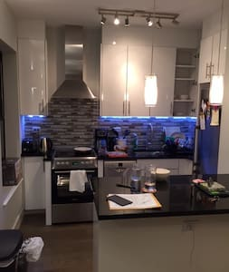 Wonderful private room fun apt in Hells Kitchen! - Apartment