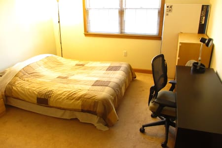 Cozy bedroom with separate bathroom - Waltham - Apartment