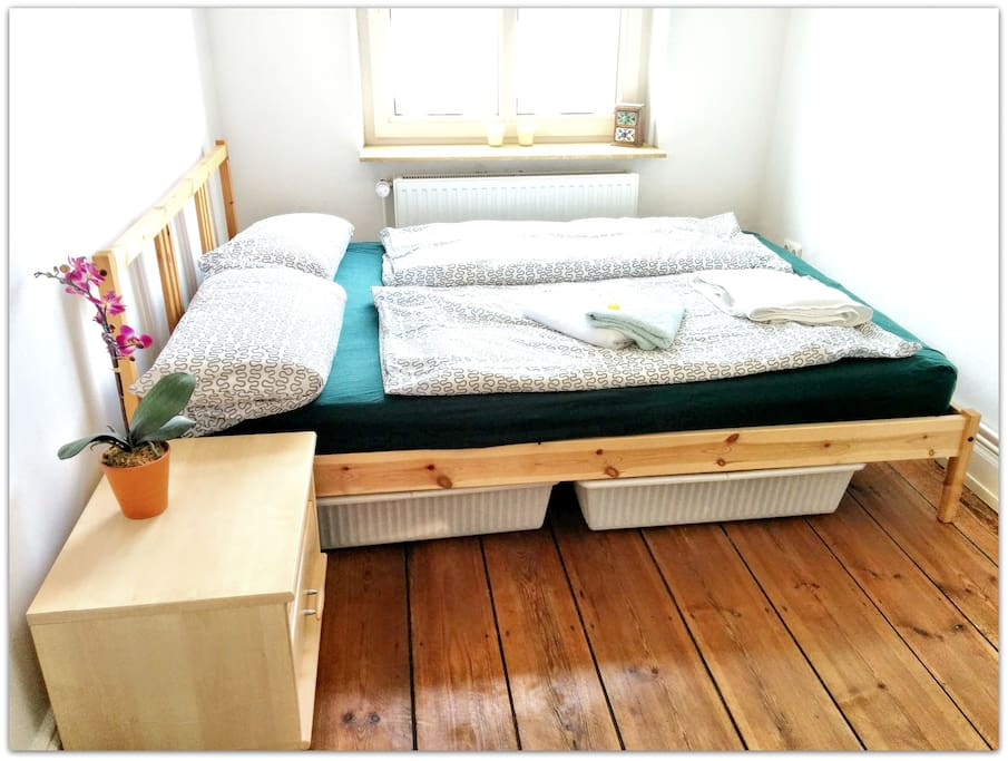 Schlafzimmer mit Bett (140x200)