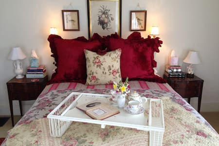 A Private, Romantic Retreat ~ Downtown Pescadero! - Bed & Breakfast