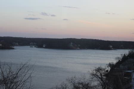 Stunning Lake View, Screened Deck! 3BR/2BA 1400ft2 - Lake Ozark - Appartement en résidence