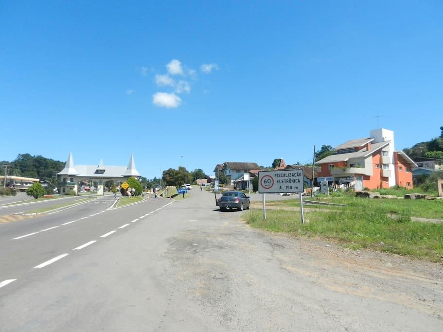 Vista do prédio, à direita, para quem chega em Gramado pela RS 115.