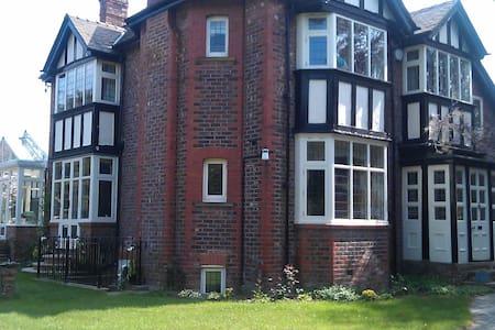 Hale village garden flat - Appartement