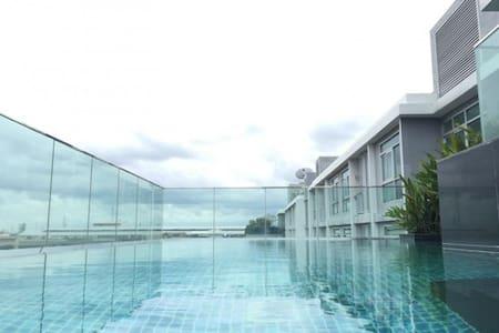 1BR CORNER BTS SUKHUMVIT BANGCHAK FREE FAST WIFI - Apartment