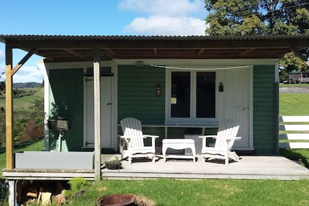 Sadhu's Tea House - country cabin - Whakatane - Stuga