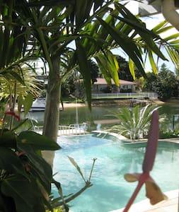 Gold Coast Queen Bed/Ensuite Luxury - Broadbeach Waters - Bed & Breakfast