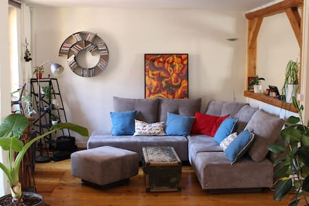Our cosy apartment is located in the university area, close to Carouge and Quartier des Bains, well-known for their night life. Numerous restaurants/bars in the surroundings and food court at 1min walking distance.