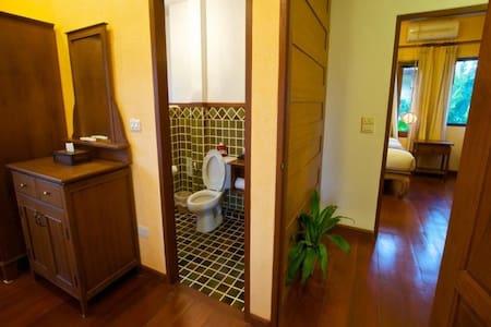 泰国热带花园,清迈兰纳独栋别墅,内设两卧室两厅两卫生间供您居家休闲度假 - Villa