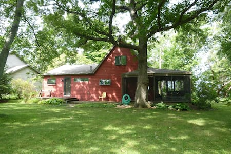 Red Cottage on Lake Winnebago - Ev