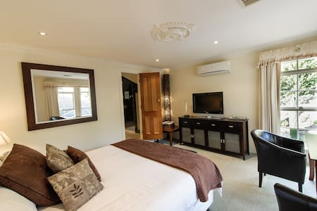 Majestic Marble Room, free WIFI - Bed & Breakfast