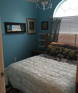 Bright room w/ shared bathroom - Lockhart - House