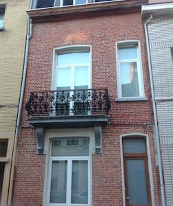 Spacious room in charming house - Antwerpen - Hus