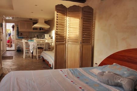 Large studio close to the beach - Casa