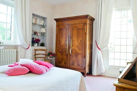 Suite Rose La Maison Framboise - House