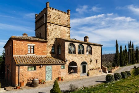 The farmhouse Palazzolo della Querce is the ideal place to discover the history, and art of Tuscany and to taste the local food and wine. The apartment, located just two kilometers from Montepulciano, is an authentic rustic, perfect for two people.