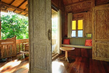 UbudMana. Magical oasis. A beautiful historical treasure redefined and modernized. Villa 3 (sleeps 2 pp) is situated in a complex of 3 luxurious villas with shared common lounge area, saltwater pool, yoga studio, green rooftop lounge. A happy place.