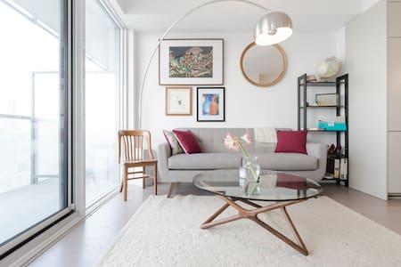 Bedroom in the Heart of Toronto - Toronto - Condominium