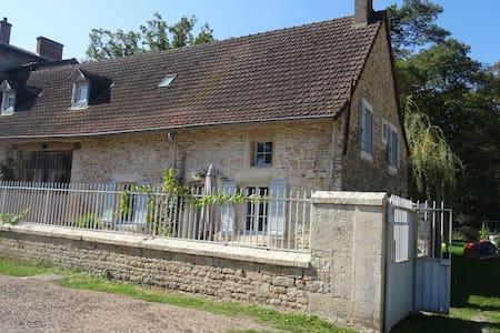 Jolie maison de village - Saint-Ambreuil