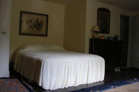 Cozy quiet country bedroom  - Shady