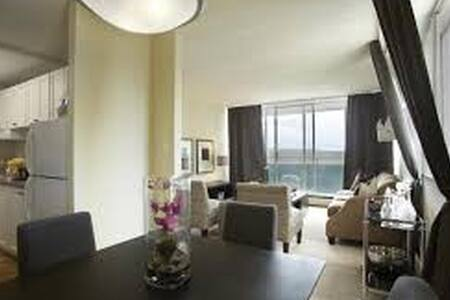 Clean comfy high rise apartment with gym and pool - Calgary - Apartment