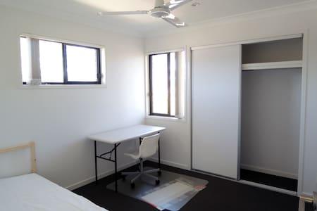 Clean, Quiet, comfortable, friendly host - Townhouse