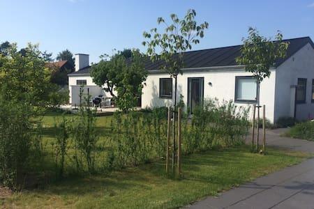 Familievenligt, lyst hus i stille parcelhuskvarter - Aalborg - Villa