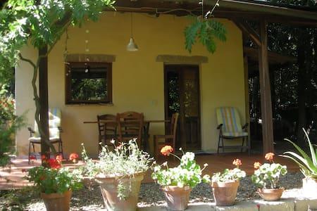 Gemütliches Ferienhaus mit Zeltplatz - Sassofortino - Gjestehus