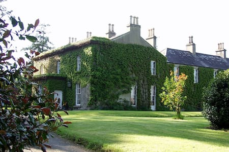 Crannagael House is nestled in the heart of the County Armagh countryside and is approximately 5 miles from junction 13 on the M1 and 6 miles from Portadown just off the B28, Moy- Portadown Road. It is a grade 2 listed, Georgian house.