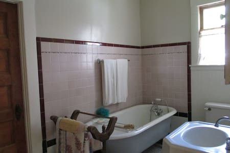 Lovely home in beautiful historic area/private rm. - Santa Rosa - House