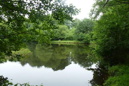 Gîte à la campagne avec étang privé 5 personnes - Hus