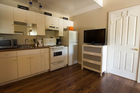 Studio Apartment close to DT and Wineries - West Kelowna
