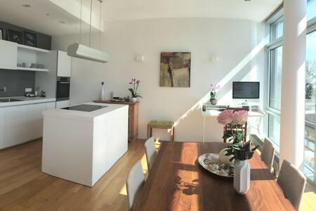Lofty, light-filled apartment - München - Apartment