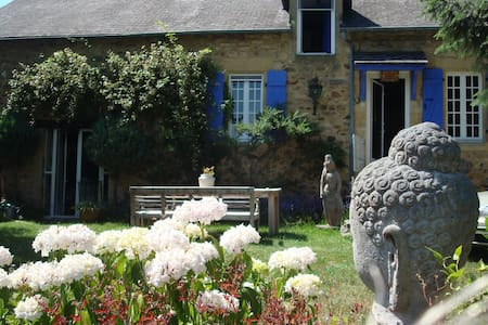 Les Volets Bleus - Larochemillay - Casa