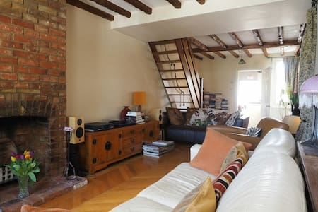 Cosy Cottage with Great Views. - Wooburn Green - House