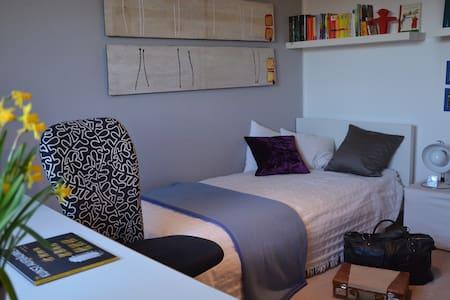 ruhiges Zimmer mit Morgensonne - Gröbenzell - Bed & Breakfast