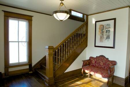 Come stay with us at Historic Hughes House 2nd Flr - Apartamento