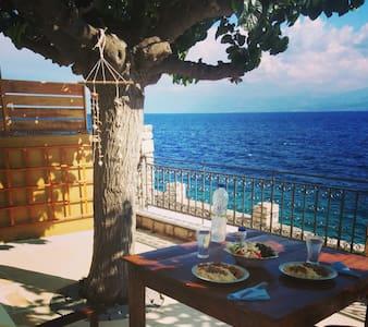 Beautiful stonehouse on the sea - Monastiraki