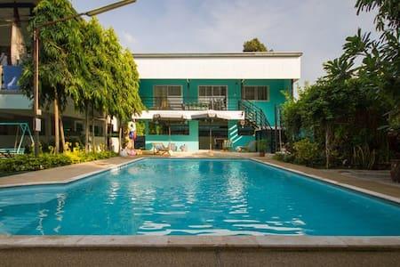 Jade House overlooking Pool near new skytrain - Bangkok - Talo