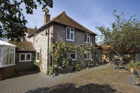 Family Cottage close to Brighton, Sussex - Upper Beeding
