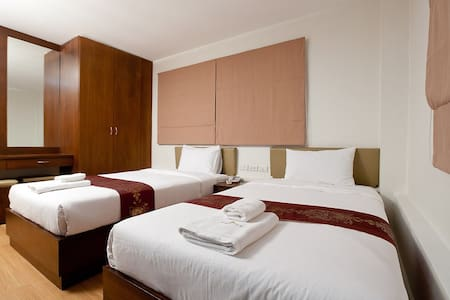Check Inn Chinatown is located in the heart of Bangkok's Chinatown district. It offers Double or Twin Bed attached a private shower room. Cable TV and Free Wi-Fi are available.