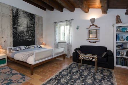 En suite room in historical villa - Huvila