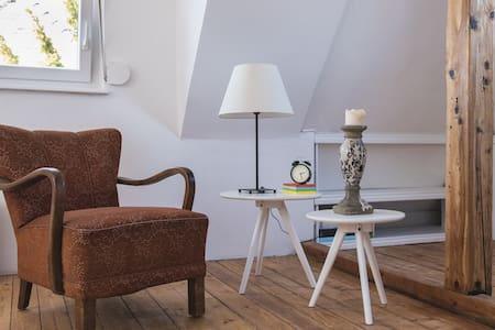 WHITE ROOM - House