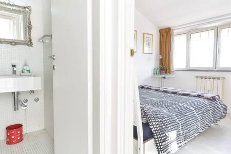Room Ensuite Bath Airc. &Breakfast!