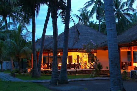 Spacious room in beachfront bungalow - Maumere - Cottage