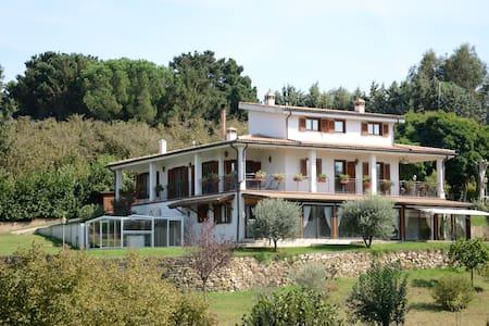 villa in mezzo al verde vicina a Roma e altro - Villa