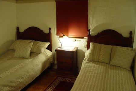 Habitación dos camas en casa rural. - Llambilles - Inap sarapan