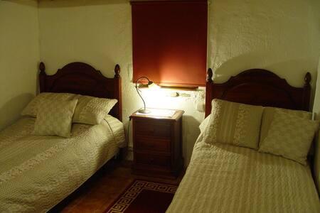 Habitación dos camas en casa rural. - Llambilles