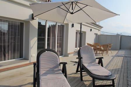 Fantástic Atico con 100m de terraza - Apartment