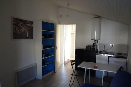 Studio indépendant en cœur de bourg - - House